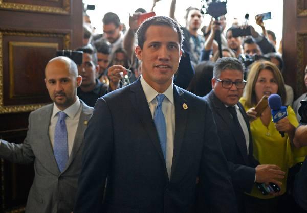 FUNCIONES. Guaidó fue ratificado ayer en el puesto, hasta que se logre la salida de Maduro. Foto: AFP