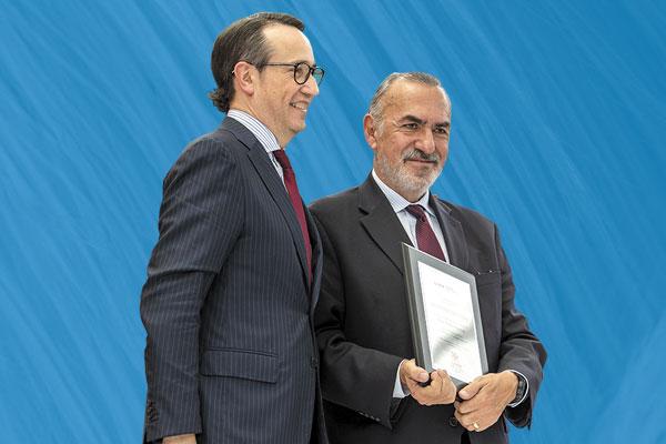 DIPLOMA. Luis Durán, director general de la universidad, con Felipe Muñoz. Foto: Mexsport