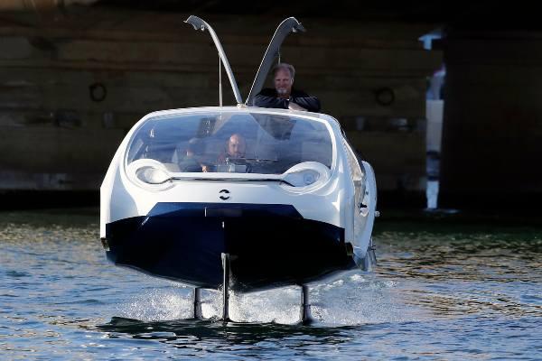 4 pasajeros caben en cada móvil acuático. Foto: AP