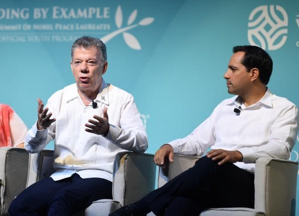 Juan Manuel Santos, expresidente de Colombia y  Mauricio Vila Dosal, gobernador de Yucatán. Foto: Leslie Pérez