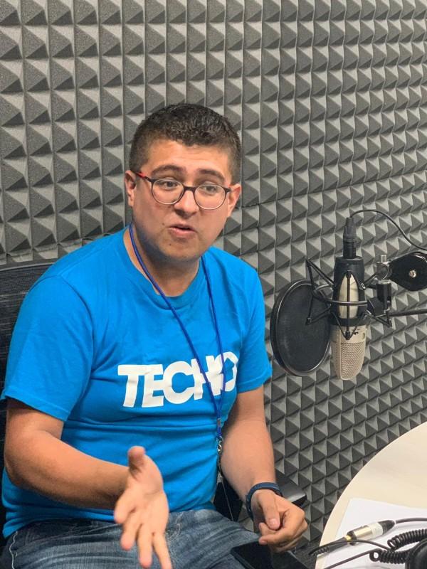 Enrique Cano Bustamante, director social de la organización TECHO, en la cabina de El Heraldo Media Group. FOTO: ESPECIAL