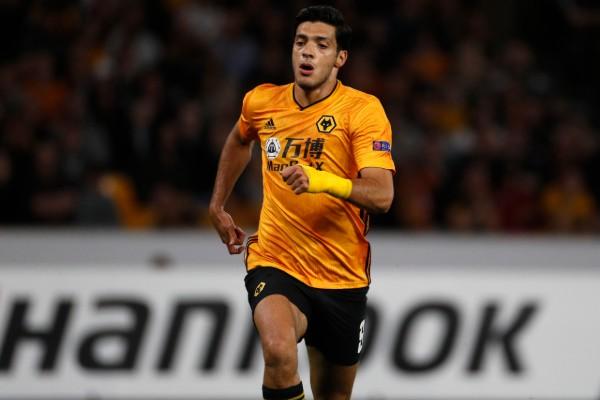 Raúl Jiménez no tuvo suerte en el primer juego del Wolverhampton en la Europa League. FOTO: AP