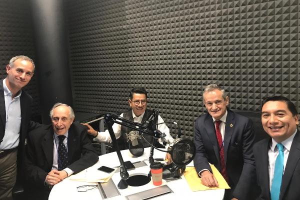 De izquierda a derecha, Hugo López-Gatell, David Kershenobich Stalnikowitz, Alfredo González, Juan Rivera Dommarco y Jorge Ramos en la cabina de El Heraldo Radio.
