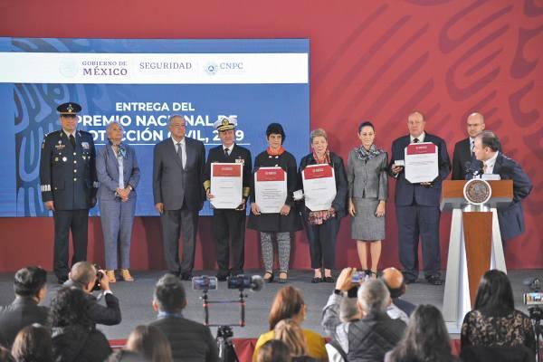 RECONOCIDOS. Los premios fueron para la Cruz Roja, Semar y Save The Children. Foto: Daniel Ojeda.
