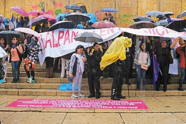Mujeres que se manifestaron ayer contra la violencia de género grafitearon la barda de madera alrededor del Ángel. Foto: Notimex