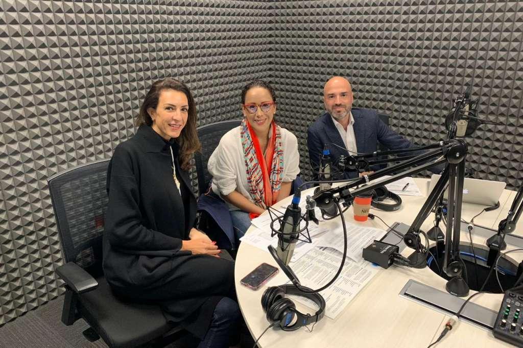 Celia Daniel D Mizrahi en cabina de El Heraldo Radio con Adriana Delgado y Gabriel Bauducco.