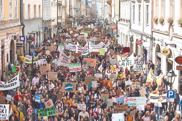 GRITO / POLONIA. En la ciudad de Kracovia, cientos de jóvenes llamaron a frenar el calentamiento de la Tierra. Foto: Reuters
