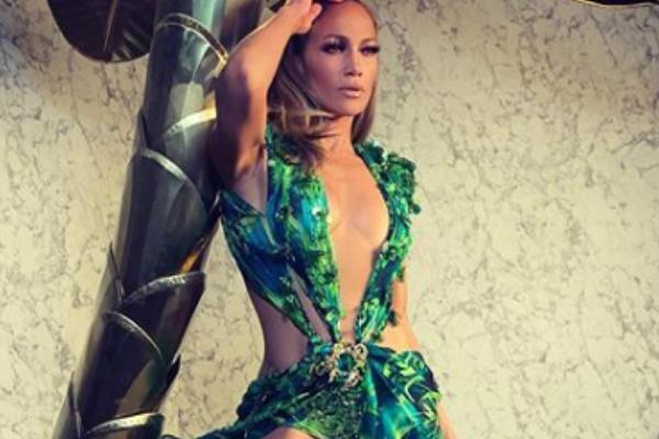 Jennifer López lo vuelve a hacer y enloquece las pasarelas con sensual vestido: VIDEO
