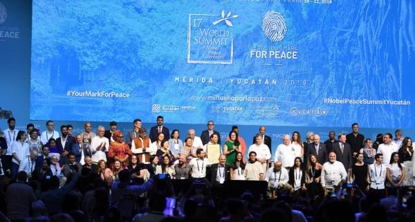 CLAUSURA. La emoción enmarcó el cierre de la reunión de 30 galardonados con el Premio Nobel de la Paz, en Mérida. Foto: Leslie Pérez