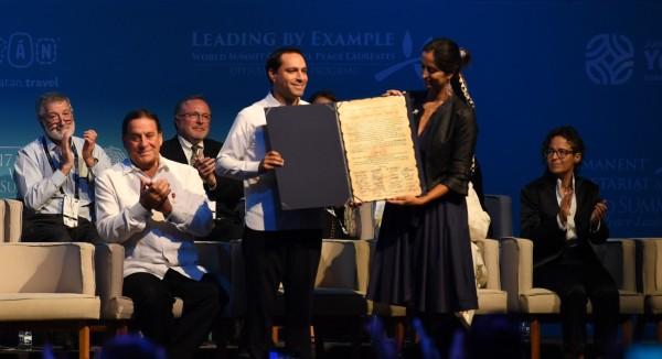 RETRIBUCIÓN. Vila Dosal agradeció a los laureados que participaron en la Cumbre. Foto: Leslie Pérez