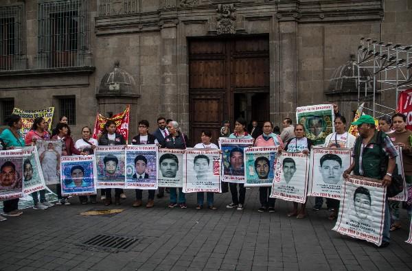 Madres y padres de los normalistas de Ayotzinapa desaparecidos en 2014 en Palacio Nacional para reunirse con el presidente, Andrés Manuel López Obrador. FOTO: ANDREA MURCIA /CUARTOSCURO.COM