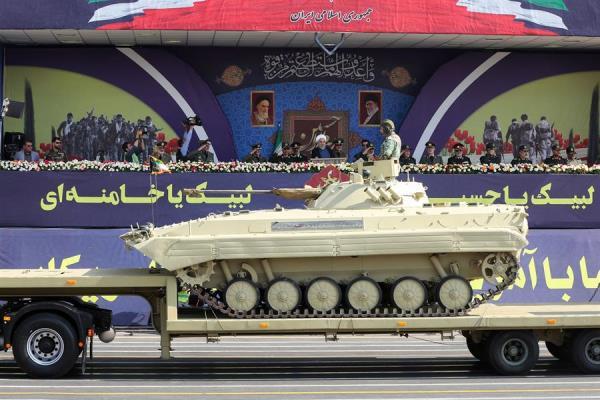 PODERÍO. El presidente Rohani presenció ayer el desfile militar para rememorar la guerra con Irak. Foto: EFE