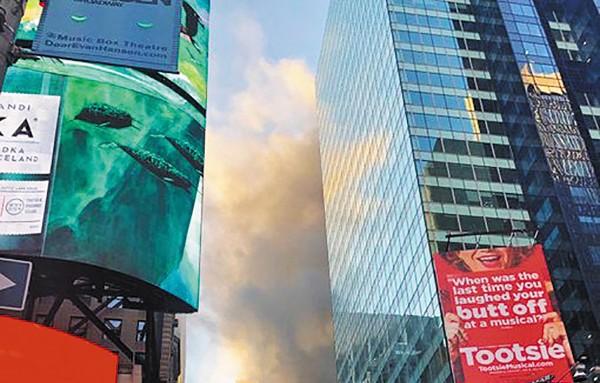 CAOS. Una gran columna de humo envuelve el edificio ante la mirada de los transeúntes. Foto: Twitter