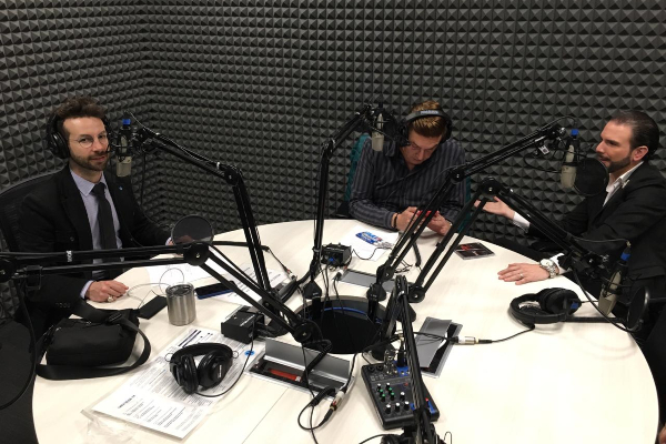 De izquierda a derecha, Sebastián de Villafranca, Daniel Bisogno y Jas Devael en la cabina de El Heraldo Radio.