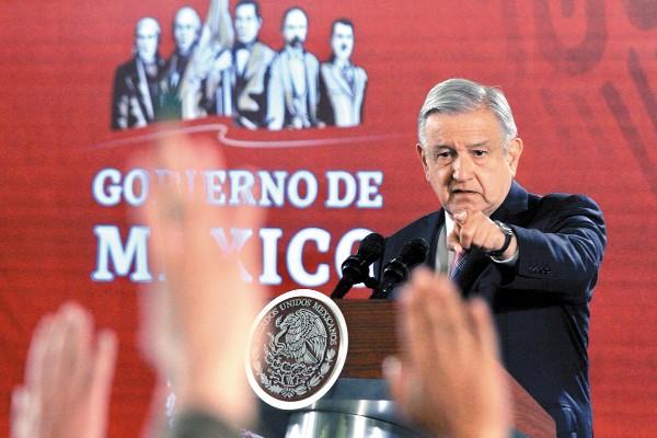 INCISIVO. El presidente López Obrador criticó a quienes se oponen a castigar a quien otorgue facturas falsas. Foto: Especial