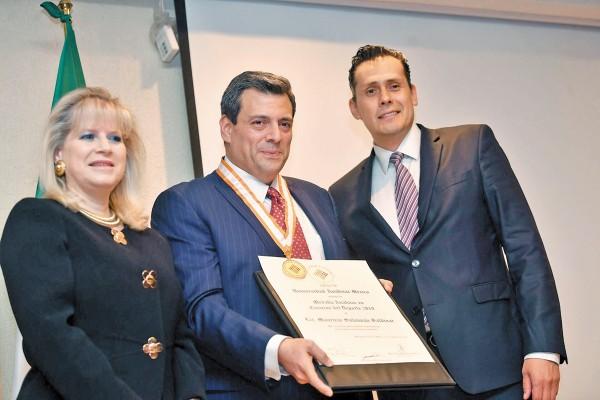 GALARDÓN. El presidente del organismo boxístico, con su presea y su diploma. Foto: Pablo Salazar Solís