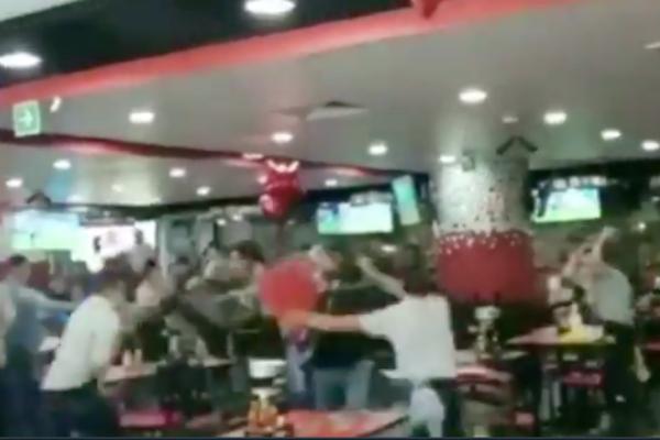 ¡Una vez más! Se arma la campal en restaurante de alitas: meseros vs comensales: VIDEO