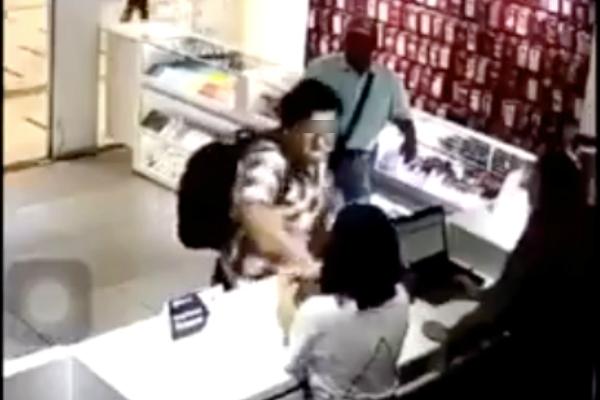 El incidente ocurrió en una tienda de celulares ubicado en la estación Tlalnepantla del Tren Suburbano. Foto: captura de pantalla.