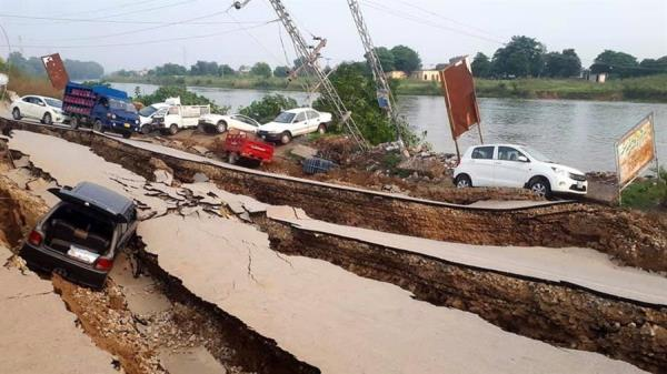Las televisiones locales emitieron imágenes de carreteras agrietadas y muros derruidos por el temblor. FOTOS: EFE