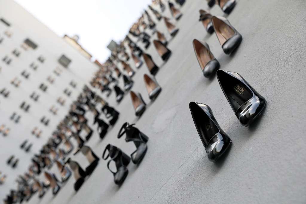 Instalación que recuerda a 440 mujeres asesinadas por su esposo. Foto: Reuters