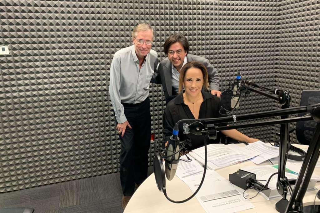 José Antonio Crespo, Óscar Sandoval y Adriana Delgado en la cabina de El Heraldo Radio.