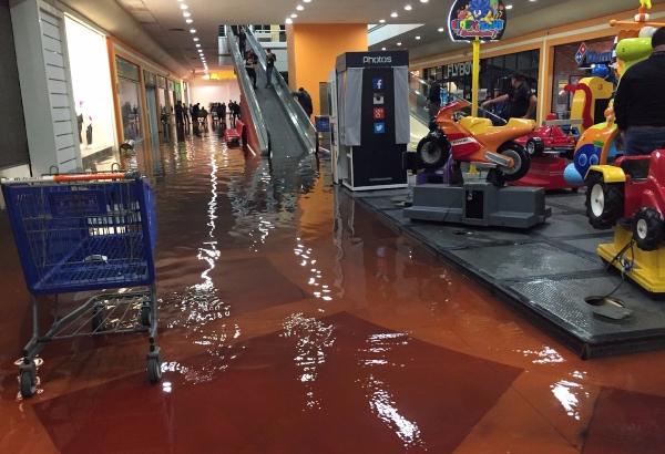 Hubo anegaciones en entradas y pasillos de un centro comercial. FOTO: Twitter