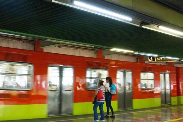 Personal del metro realizó maniobras para rescatar el cuerpo de la mujer sin vida. Foto: Cuartoscuro