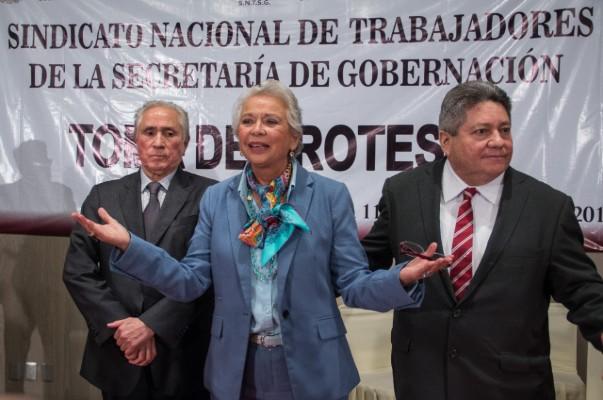 Joel Ayala, en compañía de Olga Sánchez Cordero. Foto: Cuartoscuro.
