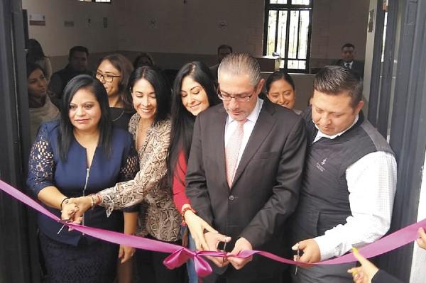 ESTRENO. Ayer cortaron el listón en la nueva agencia. Foto: José Ríos.
