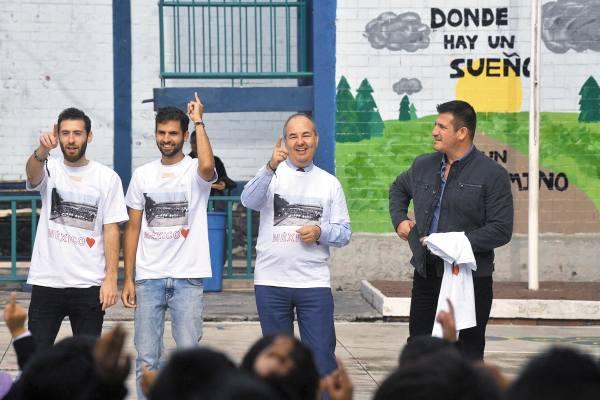 VOLUNTARIOS. Zvi Tal (der.) visitó con voluntarios la escuela primaria Joaquín Baranda, en Miguel Hidalgo. Foto: Pablo Salazar Solís.