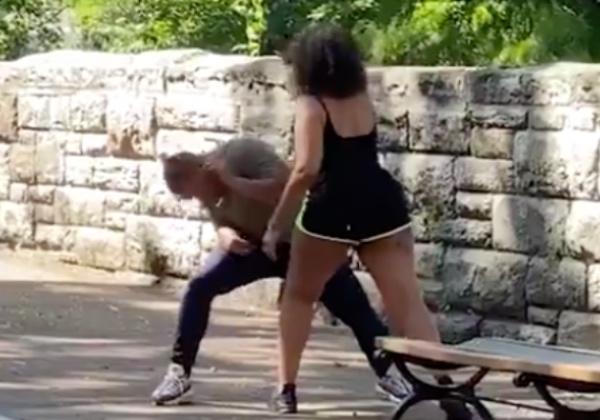 A pesar de que el joven logra evadirla por unos segundos, finalmente la mujer consigue su objetivo. FOTO: Especial