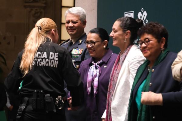 PRÁCTICAS. Claudia Sheinbaum (de blanco) dijo que el estímulo será permanente. Foto: Cuartoscuro