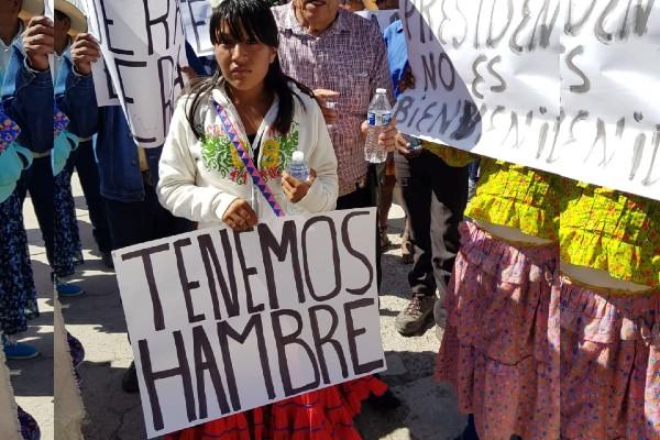 Los rarámuris se manifestaron en el patio del Hospital Rural San Juanito. Foto: Especial