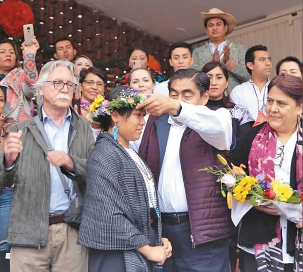 HONRA. Durante el encuentro, Miguel Barbosa coronó a la Xochicíhuatl, la mujer flor. Foto: Especial.