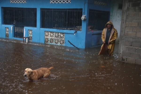 Hay varios lugares donde no hay energía eléctrica a causa de las lluvias. Foto: Cuartoscuro