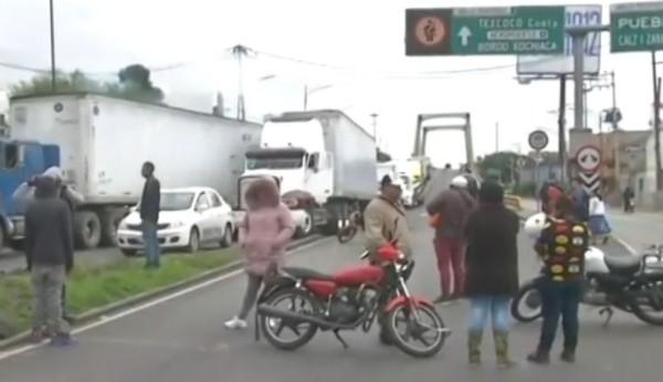 Familiares y amigos de las menores presuntamente raptadas por payasos bloquearon el Anillo Periférico a la altura de Canal de San Juan. FOTO: ESPECIAL