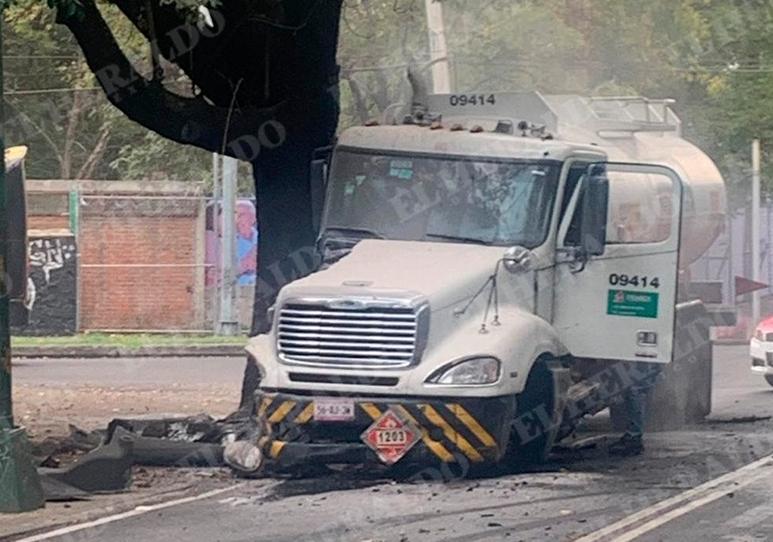 El Heroico Cuerpo de Bomberos lavó el asfalto y las alcantarillas para mitigar riesgos. Foto: Daniel Magaña
