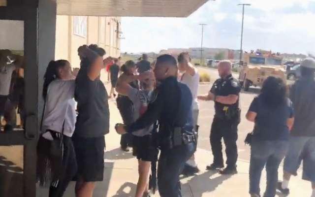 PRECAUCIÓN. Agentes de la Policía evacuaron a personas del cine Cinergy Odessa, luego del ataque. Foto: REUTERS