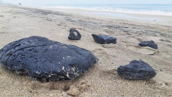 DUDA. Se desconoce el origen de estos residuos que son derivados del petróleo. Foto: Especial