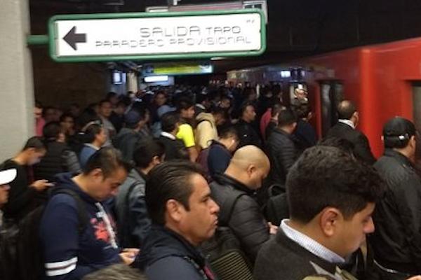 Cuando las estaciones están llenas, el Metro controla el acceso de pasajeros. Foto. Especial