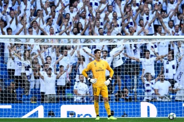 Courtois tuvo una mala noche y se fue de cambia al medio tiempo. Foto: Champions League