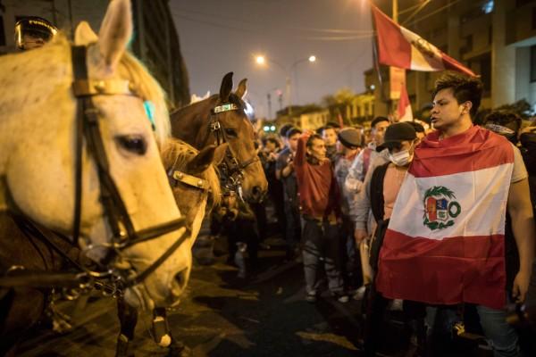 RESPALDO. Los peruanos salieron a las calles de Lima para protestar contra el Congreso. Foto: AP