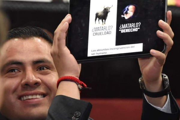 El diputado local, Jorge Mayorga Olvera, comparó el aborto con las corridas de toros. Foto: Especial