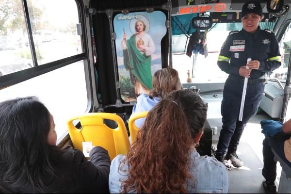 Con el objetivo de acercar a las mujeres a la prevención de actos de violencia, se realizan revisiones en el transporte público, revisando a los pasajeros y sus pertenencias. Foto: Cuartoscuro