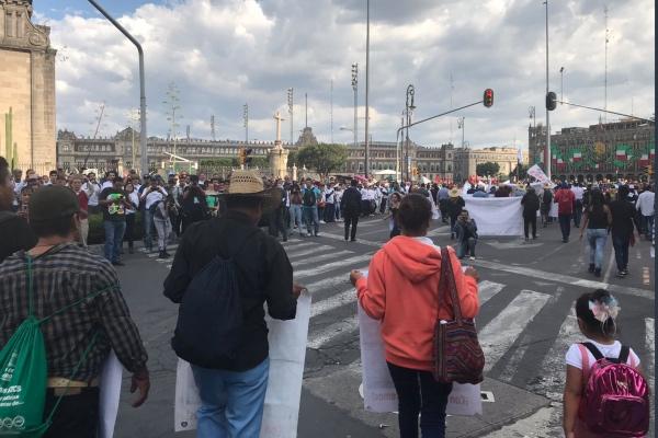 Un autobús va a la vanguardia de esta marcha.  Foto: Twitter @epigmenioibarra
