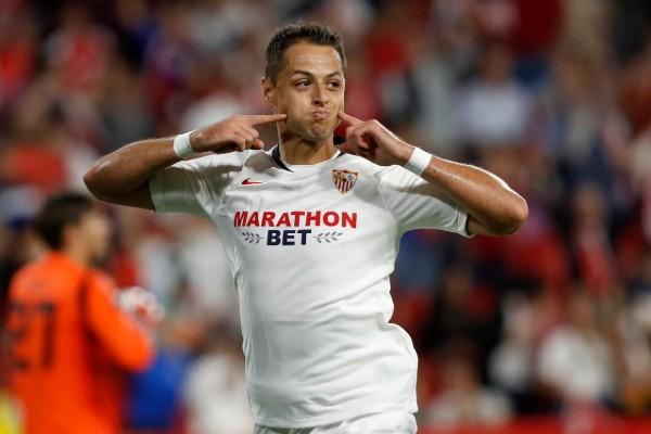 Chicharito logra la anotación del triunfo para el Sevilla. AP