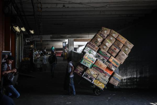 ENTRE MARCHANTES. Más de 15 mil productos provenientes de todos los estados de la República. Foto: Nayeli Cruz.