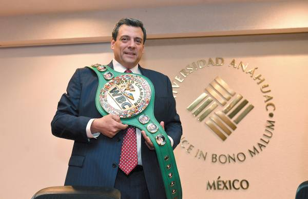 JERARCA. Mauricio Sulaimán posa con un cinturón del Consejo Mundial de Boxeo.Foto: Pablo Salazar Solís.