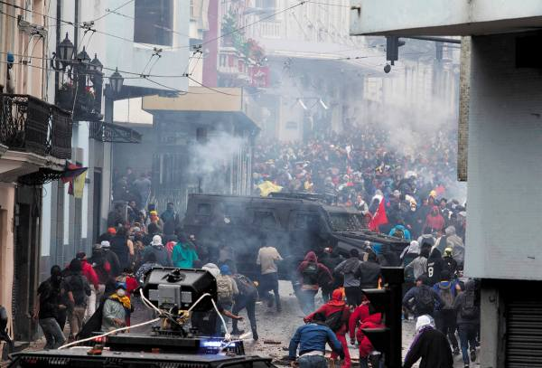 CHOQUES. Jóvenes se enfrentaron a policías antimotines. Foto: REUTERS.