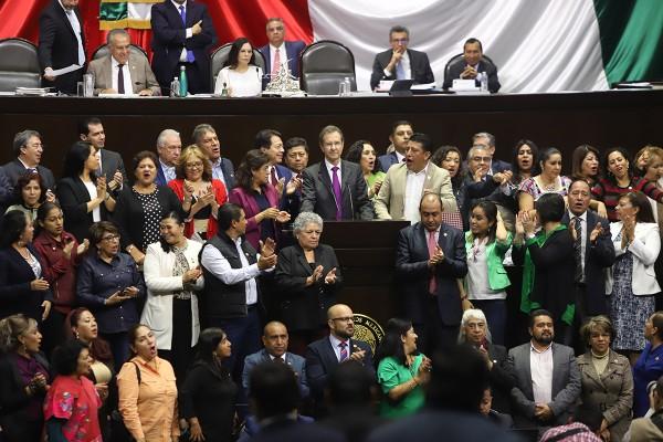 COBIJO. El secretario de Educación Pública fue arropado por los diputados de Morena en San Lázaro. Foto:  Víctor Gahbler